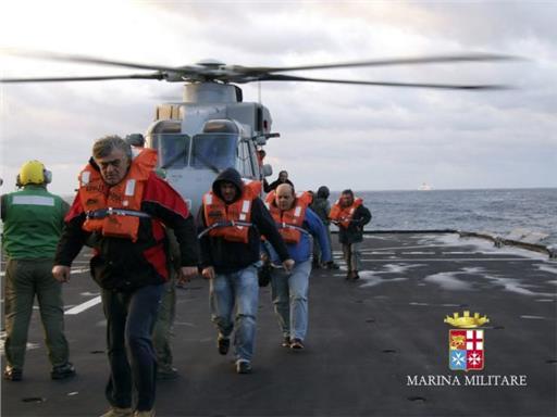 Απομακρύνθηκαν οι επιβάτες του «Norman Atlantic»