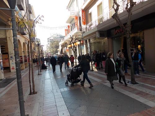 Κίνηση στους δρόμους, αλλά περιορισμένες οι αγορές στο Αγρίνιο (φωτο)