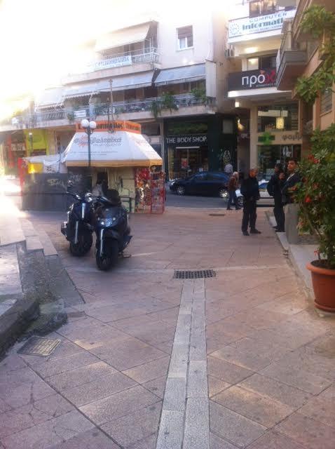 Το σημείο της πλατείας Φλέμινγκ όπου εντοπίστηκαν τα δύο άτομα που φέρονται λίγο νωρίτερα να άρπαξαν τσάντα από γυναίκα στην περιοχή πλατεία Χατζοπούλου