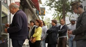 Μαραθώνιος αναλήψεων από τα τραπεζικά γκισέ: 1 δισ. τη Δευτέρα και 1,4 δισ.ευρώ την Τρίτη