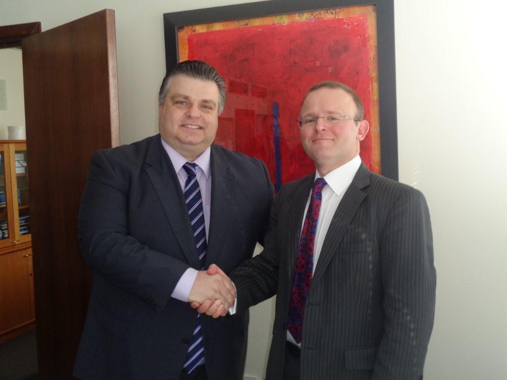 Συνάντηση Καραπάνου με τον Βρετανό Πρέσβη