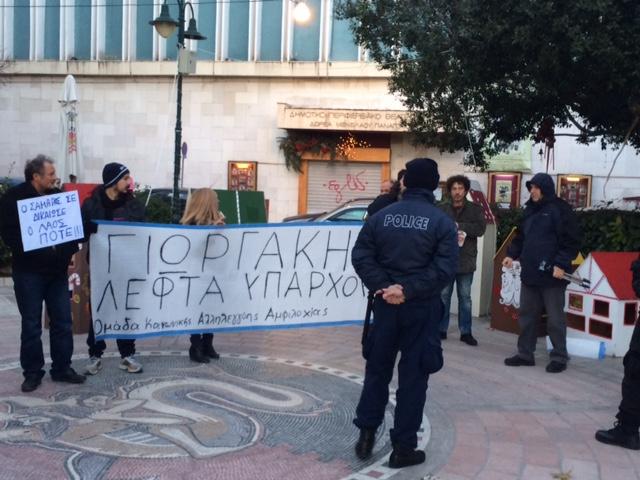 Διαμαρτυρία και ένταση πριν την ομιλία Παπανδρέου (video)