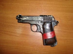 Το πιστόλι με το οποίο ο 48χρονος πυροβόλησε τρεις φορές