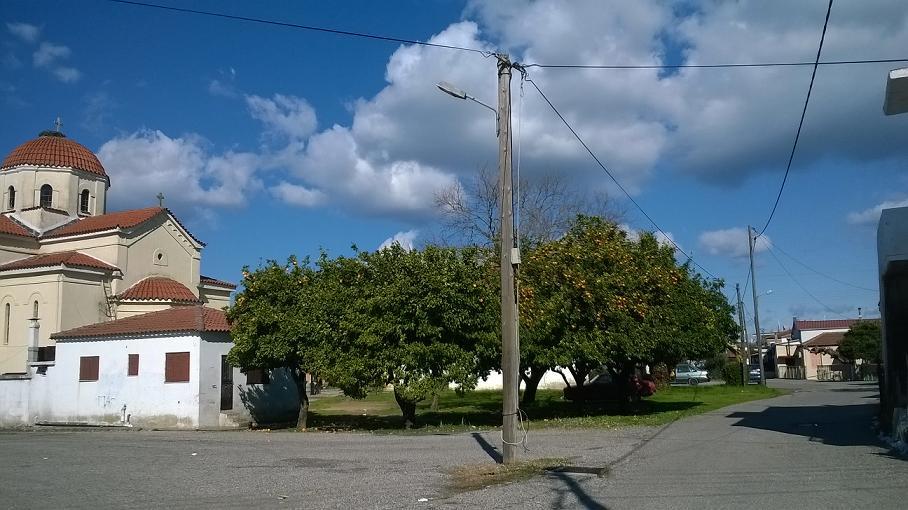 Στύλοι… εν μέση οδώ στα Καλύβια!