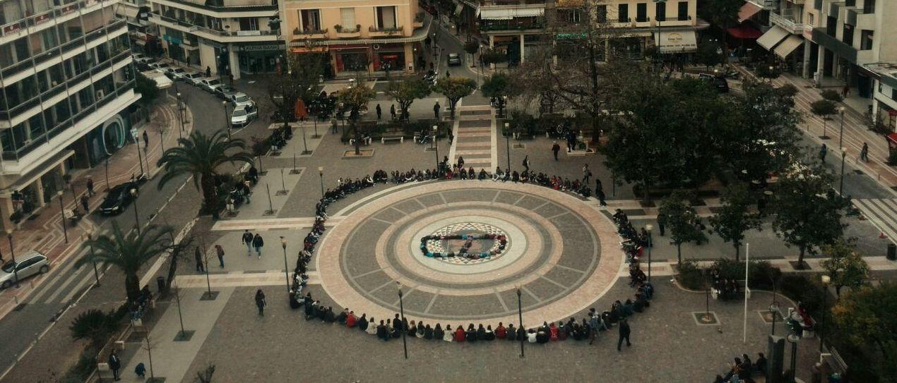 Μαθητές τιμούν τη μνήμη του Βαγγέλη Γιακουμάκη στο κέντρο του Αγρινίου