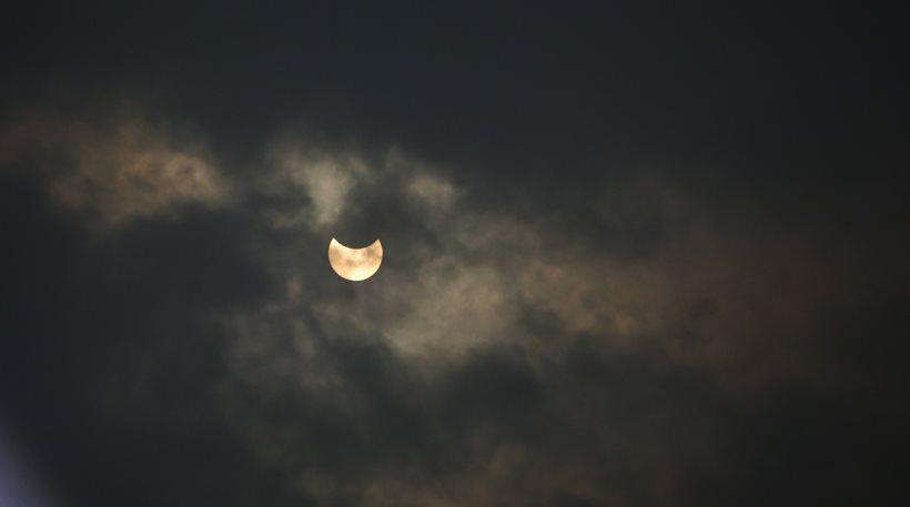 Έτσι φάνηκε η έκλειψη ηλίου στην Ακρόπολη