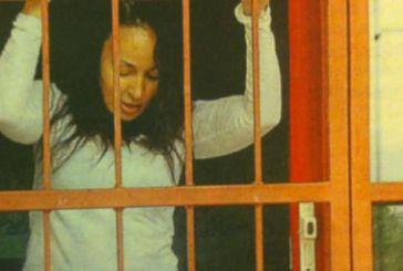 Η Βίκυ Σταμάτη στο Δρομοκαΐτειο -Στο πάτωμα αγκαλιά με ένα λούτρινο [εικόνες]