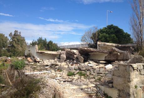 Ερείπια και μπάζα κάτω απο την γέφυρα Ρίου – Αντιρρίου