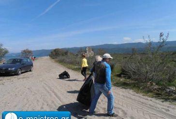 Εθελοντικός καθαρισμός στην παραλία Αράπη (φωτό)