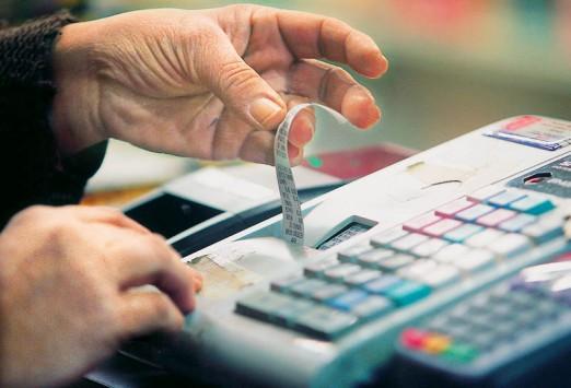 Ποιοί χάνουν και ποιοί κερδίζουν από τις σαρωτικές αλλαγές στον ΦΠΑ