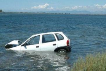 Όχημα έπεσε στη λιμνοθάλασσα