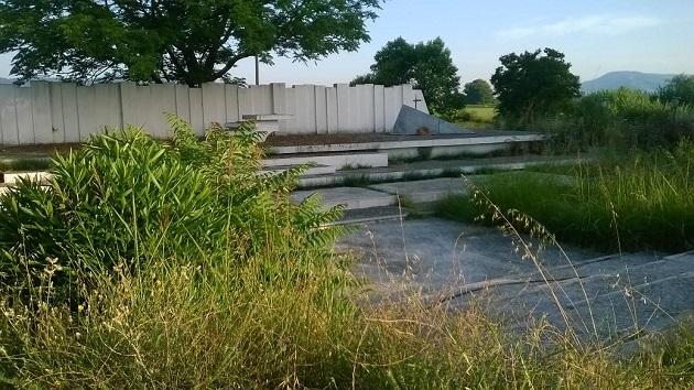 Παρατημένο και ξεχασμένο το Μνημείο πεσόντων πατριωτών στα Καλύβια