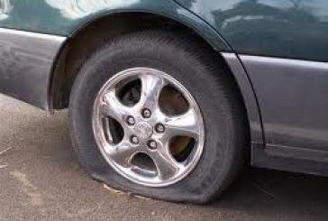 15χρονος έσχιζε τα λάστιχα των αυτοκινήτων στο Μεσολόγγι