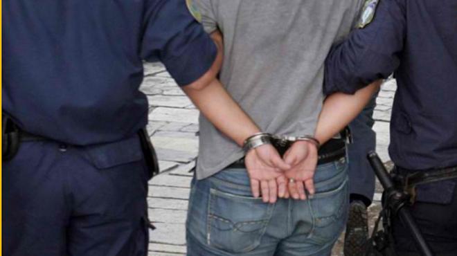 Ναύπακτος: Αλβανός παράνομα στη χώρα με λαθραίο καπνό, μαχαίρια και γκλοπ
