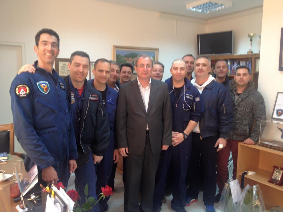 Tα στελέχη της Αεροπορίας που συνέβαλαν στη μεταφορά και τοποθέτηση του Mirage στο δημαρχείο Θέρμου