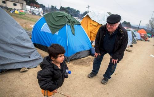 Der ehemalige Sozuialminister Norbert Blόm besucht am 12.03.2016 das Flόchtlingslager in Idomeni an der Grenze zwischen Griechenland und Mazedonien. Nachdem die Balkanroute geschlossen wurde leben in diesem Lager rund 12500 Flόchtlinge. Foto: Kay Nietfeld/dpa +++(c) dpa - Bildfunk+++