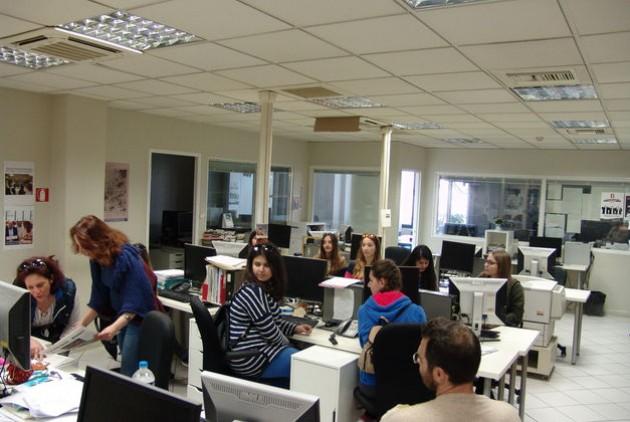 Η πρώτη έκπληξη όταν η κ. Προύντζου μάς δείχνει την εφημερίδα των παιδιών | Φωτ: Γιάννης Χοροζίδης πρόεδρος 15μελούς