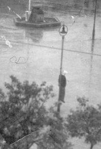Η φωτογραφία ντοκουμέντο. Ο Αβραάμ Αναστασιάδης κρεμασμένος στην πλατεία