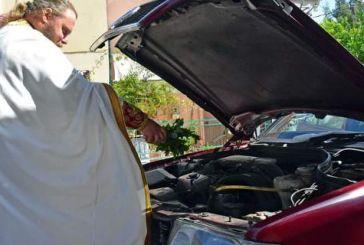 Toυ Αγίου Χριστοφόρου: εικόνες ιερέων σε όλη την Ελλάδα να αγιάζουν αυτοκίνητα!