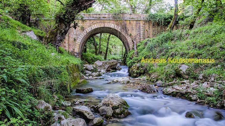 Το πέτρινο γεφύρι στις πηγές Μυρτιάς Τριχωνίδος