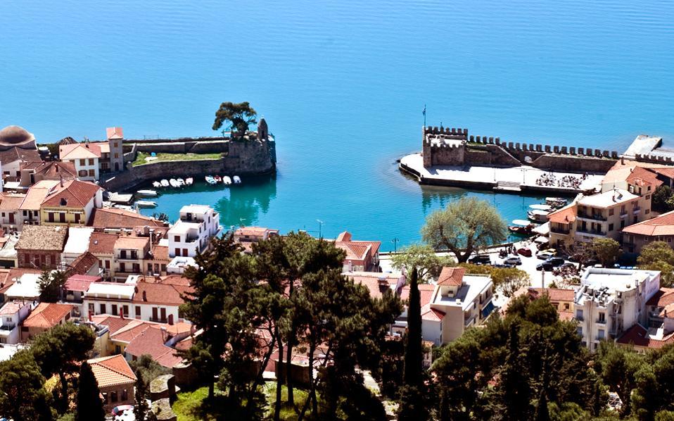 Η άρτια οχύρωση της Ναυπάκτου ξεκινά από το ενετικό λιμάνι και συνεχίζεται με αλλεπάλληλα τείχη μέχρι ψηλά, στο κάστρο.