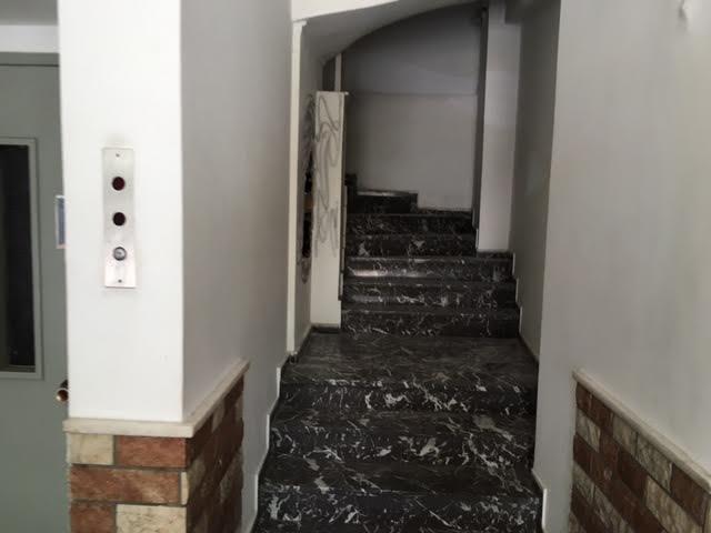 O διάδρομος της όμορης πολυκατοικίας από τον οποίο οι δράστες τρύπησαν τον τοίχο.