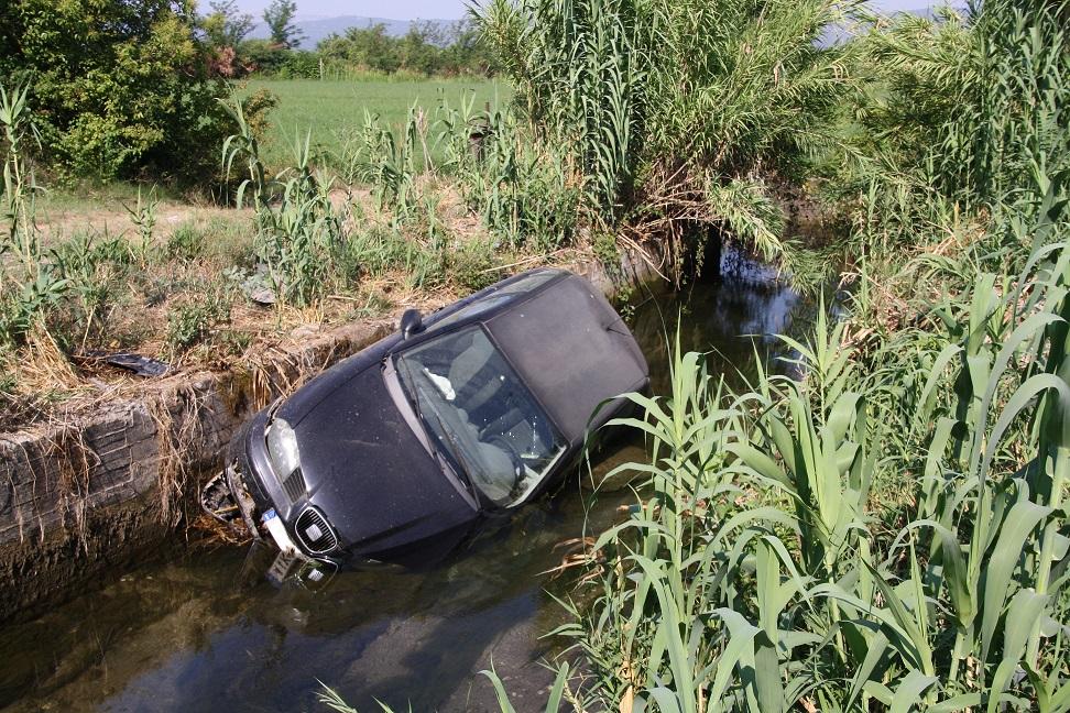 Σε αύλακα κατέληξε αυτοκίνητο στα Καλύβια