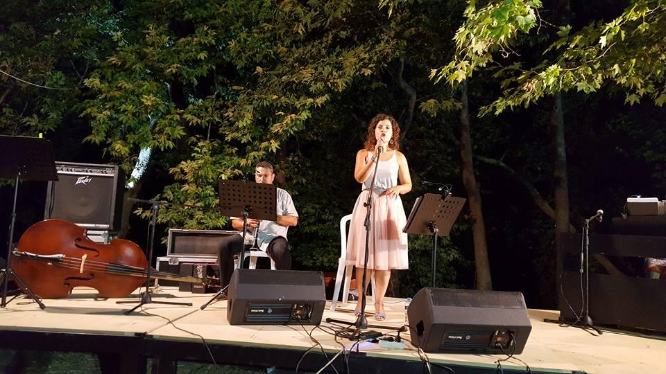 Τώρα: όμορφες μουσικές στιγμές με την Ανδριάννα Μπάμπαλη στην παραλία Κάτω Μυρτιάς