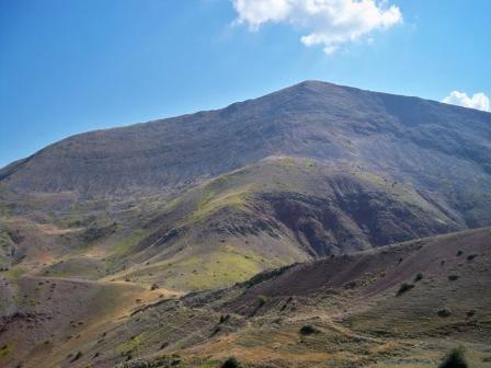 """ΒΟΥΝΟΚΟΡΦΗ ΤΡΙΑΝΤΑΦΥΛΛΙΑ - Η ΑΡΧΟΝΤΙΣΣΑ ΤΟΥ ΠΑΝΑΙΤΩΛΙΚΟΥ ΟΡΟΥΣ Η βουνοκορφή """"Τριανταφυλλιά"""" (1.817 μ. υψόμετρο), η ψηλότερη και εντυπωσιακότερη κορυφή του Ανατολικού Παναιτωλικού που δεσπόζει στο βόρειο άκρο του Δήμου Θέρμου, στα όρια της Αιτωλοακαρνανίας με την Ευρυτανία, ανάμεσα στις Τοπικές Κοινότητες Αργυρού Πηγαδίου και Χαλικίου του Δήμου Θέρμου και Προυσού και Τόρνου του Δήμου Καρπενησίου. Το μέγεθος της εν λόγω βουνοκορφής, η ομαλότητα του εδάφους της και η πανοραμική θέα που προσφέρει την καθιστούν αδιαμφισβήτητα αρχόντισσα του Ανατολικού Παναιτωλικού και μεγάλη αγαπημένη των ορειβατών και όχι μόνο, καθώς από πλάι της διέρχονται πολλά από το μονοπάτια των προσκυνητών που οδηγούν από την Τριχωνίδα και τη Ναυπακτία στο μοναστήρι του Προυσού. Η κορυφή προσεγγίζεται πεζοπορώντας, αναφορικά με την κοντινότερη διαδρομή, με μονοπάτι που ξεκινάει από τον αυχένα στα όρια με την Ευρυτανία επί του δρόμου Αργυρό Πηγάδι - Καστανιά Ευρυτανίας (34 χμ. από Θέρμο μέσω των διαδρομών που διέρχονται είτε από Αμβρακιά είτε από Δρυμώνα). Επίσης, η κορυφή προσεγγίζεται μέσω μονοπατιών που ξεκινάνε είτε από το Νεροχώρι, είτε από τον Δρυμώνα είτε από το Χαλίκι. (Φωτογραφία: Ρισβάς Θάνος - Περιγραφή: Νίκος Κωστακόπουλος)"""