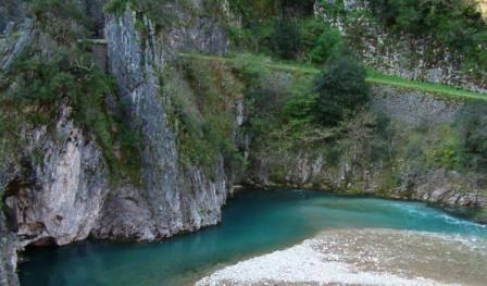 """ΕΥΗΝΟΣ - Ο ΜΥΘΙΚΟΣ ΠΟΤΑΜΟΣ ΤΗΣ ΑΙΤΩΛΙΚΗΣ ΓΗΣ Ο μυθικός ποταμός Εύηνος, ο """"Φίδαρης"""" για τους ντόπιους, που φιδοσέρνεται ανάμεσα στα Αιτωλικά βουνά, προσφέροντας ατελείωτες εικόνες άφατης ομορφιάς, ώσπου να καταλήξει στη θάλασσα του Πατραϊκού Κόλπου. Εδώ διακρίνεται το ποτάμι στη θέση Βαλτσόρεμα Χρυσοβίτσας. Στο πάνω μέρος της φωτογραφίας διακρίνεται τμήμα του πρώτου αμαξιτού δρόμου που οδηγεί στη μεταλλική γέφυρα που είναι τοποθετημένη δίπλα αριστερά - παροπλισμένη σήμερα - το οποίο δεν χρησιμοποιείται σήμερα, καθώς έχει κατασκευαστεί νέα σύγχρονη γέφυρα για τη γεφύρωση του Ευήνου στο σημείο αυτό. Την περιοχή συναντάμε στο 10ο χμ. της διαδρομής Θέρμο - Πλάτανος - Ναυπακτία, στα όρια των Τοπικών Κοινοτήτων Κάτω Χρυσοβίτσας και Διασελακίου. Το σημείο αυτό είναι ένα μόνο από τα πολλά αξιοθέατα του ποτάμιου περιβάλλοντος του Ευήνου στο τμήμα που το ποτάμι διέρχεται από την εδαφική περιφέρεια του Δήμου Θέρμου. Χαράδρα Πόρος - Γέφυρα Μπανιά, Καρέλι, Μεσαιωνική Γέφυρα Αρτοτίβας, Στενά Ευήνου ανάμεσα σε Κόνισκα και Πέρκο είναι μερικά μόνο από τα πιο γνωστά σημεία - αξιοθέατα του ποταμού στην περιοχή αυτή και δεν είναι τα μοναδικά, καθώς το ποτάμι σε ολόκληρο το μήκος του ρου του προσφέρει εικόνες σπάνιας ομορφιάς. (Φωτογραφία & περιγραφή: Κωστακόπουλος Νίκος)"""