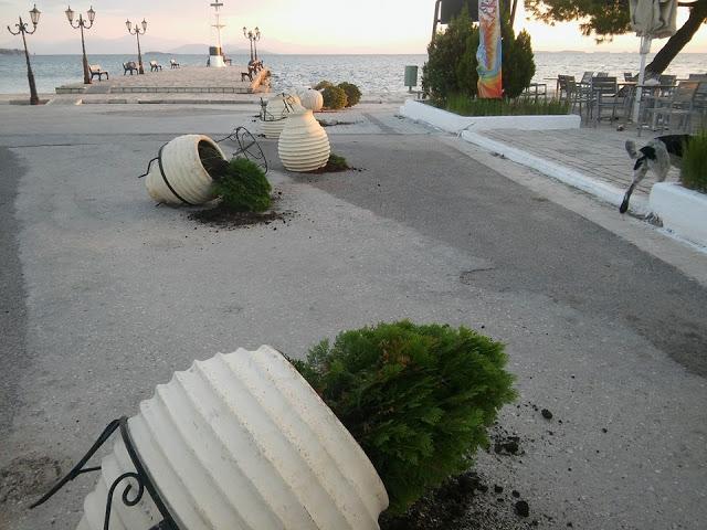 """Άγνωστοι τα έκαναν """"γυαλιά καρφιά"""" στη παραλία της Βόνιτσας (φωτο)"""