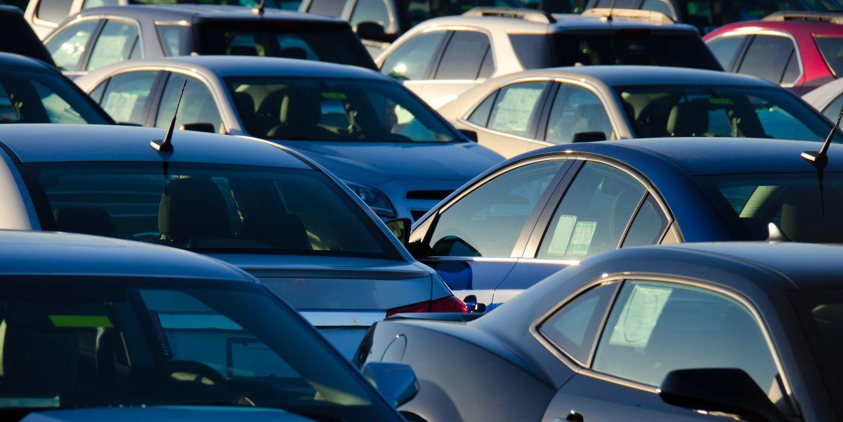 Οι Ελληνες δεν πληρώνουν εφορία και παίρνουν αυτοκίνητα…