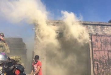 Kαίγεται αποθήκη με τριφύλλι στο Παναιτώλιο (φωτό)