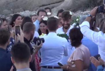 Μύκονος: Ο πρώτος gay γάμος στην Ψαρρού – Οι βέρες και το πέταγμα της ανθοδέσμης