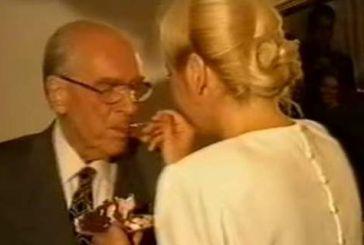 Σαν σήμερα: Όταν ο Παπανδρέου έκοβε τούρτα του ΠΑΣΟΚ και η Δήμητρα τον τάιζε στο στόμα [βίντεο]