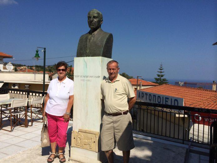 Το ζεύγος Λούη και Αλίκης Λούντζη από επίσκεψή τους στην ιδιαίτερή τους πατρίδα, την Κωνωπίνα Αμφιλοχίας.