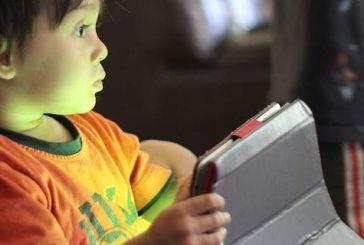 Ερευνα εκτιμά πόσες ώρες μπροστά σε οθόνη είναι ωφέλιμες για το παιδί