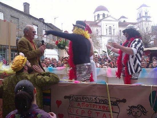 Και «τρολάρει» και την… γλιτώνει το καρναβάλι στις Παπαδάτες