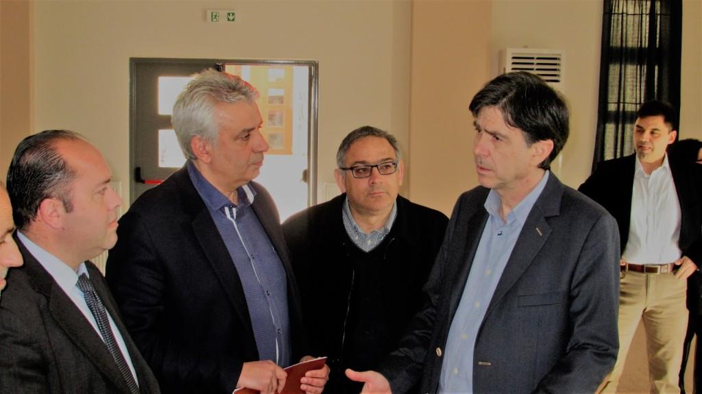 Ο αντιδήμαρχος Μεσολογγίου Σπ. Καρβέλης επιδίδει υπόμνημα στον υφυπουργό Παιδείας για ζητήματα αρμοδιότητός του