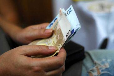 Μισθωτοί και συνταξιούχοι επαγγελματίες έχασαν 1,6 δισ. ευρώ