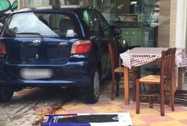 Διπλή εισβολή αυτοκινήτων σε ψητοπωλείο στο Αγρίνιο (φωτο)