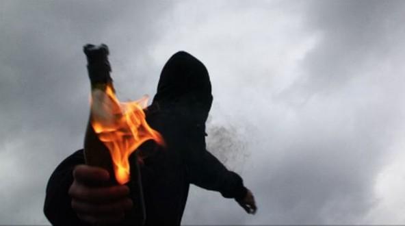 Αντεξουσιαστές επιτέθηκαν στο Αστυνομικό Τμήμα Ναυπάκτου