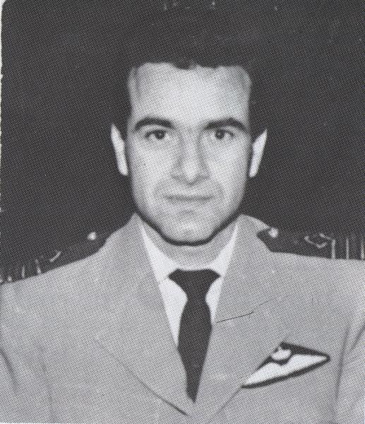 Γεννήθηκε το 1935 στο Αγρίνιο Αιτωλοακαρνανίας. Τον Απρίλιο του 1956 εισήλθε στη Σχολή Αεροπορίας (τμήμα εφέδρων χειριστών). Το Δεκέμβριο του 1957 ονομάστηκε έφεδρος ανθυποσμηναγός. Μονιμοποιήθηκε τον Οκτώβριο του 1961 με τον ίδιο βαθμό. Σκοτώθηκε στις 22 Ιουλίου 1974, όταν το αεροσκάφος Noratlas της 354 Μοίρας Τακτικών Μεταφορών, στο οποίο επέβαινε ως κυβερνήτης κατά την εκτέλεση διατεταγμένης αποστολής στην Κύπρο, καταρρίφθηκε κατά την προσγείωσή του στο αεροδρόμιο Λευκωσίας.