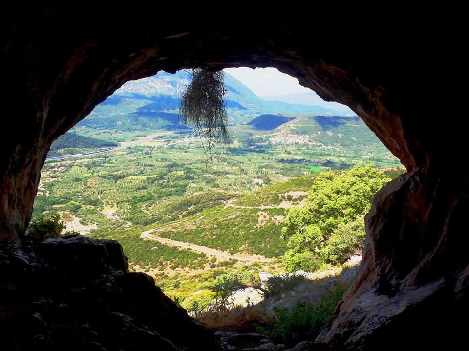 """Οι σπηλιές """"των Κενταύρων"""" στην Κλόκοβα"""