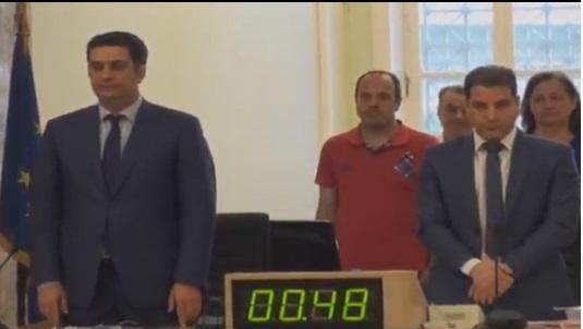 Ενός λεπτού σιγή και Ψήφισμα (με διαφωνίες) για την απώλεια του Κωνσταντίνου Μητσοτάκη