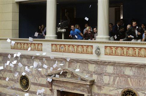 Πολίτες πέταξαν έντυπα από τα θεωρεία στην αίθουσα της Ολομέλειας