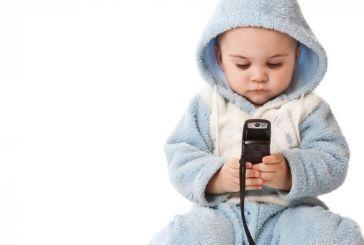 Καθυστερούν να μιλήσουν τα παιδάκια που παίζουν από μικρά με κινητά