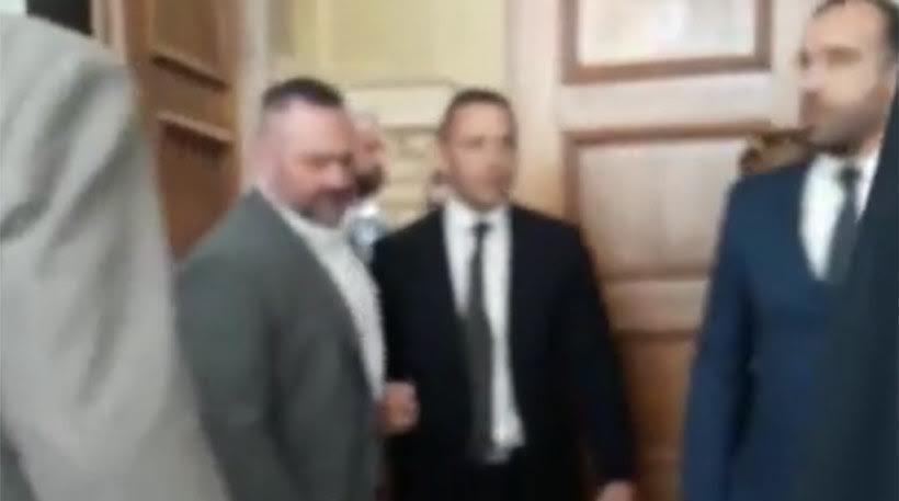 Εικόνες ντροπής και πλήρους απαξίωσης: Ο Κασιδιάρης βγαίνει βρίζοντας από την Ολομέλεια μετά την επίθεση σε Δένδια