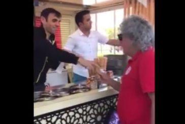 Πολύ γέλιο! Τούρκος παγωτατζής – ζογκλέρ «εναντίον» Τάκη Τσουκαλά [vid]