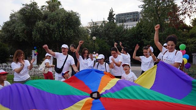 Οι «Μικροί Ροβινσώνες» σε μία από τις δοκιμασίες του «Χαμένου Θησαυρού», με βοηθούς τους συνοδούς τους, την ερμηνεύτρια Ραλλία Χρηστίδου, την Ολυμπιονίκη Αγγελική Καραπατάκη, και τη δημοσιογράφο Άννα Μπουσδούκου.